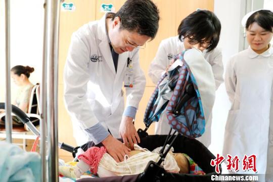 中国医学专家建立世界一流儿童肝移植手术技术体系