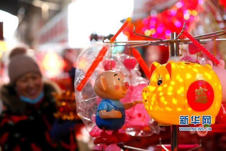 探访即墨小商品城年货市场福字、金猪透出浓郁年味