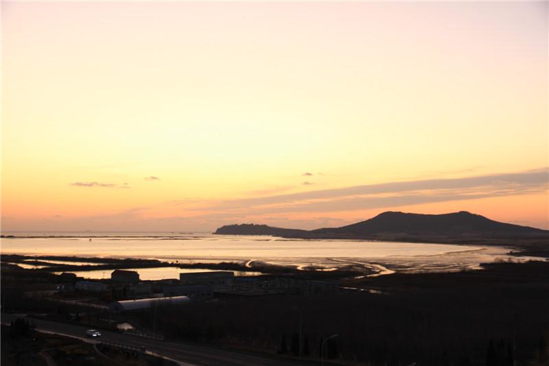 8、远眺晨曦中的天鹅湖海洋牧场