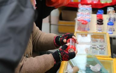 寒冬腊月 济南市民挑选冬季蝈蝈找乐趣