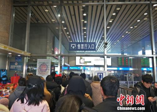 资料图:拥挤的售票厅入口。姚露 摄