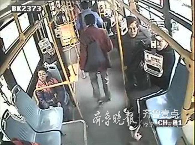 男子带宠物狗上公交拒下车 女乘客掏一元钱送客