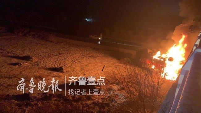 临沂深夜降雪多车刮蹭,大货车被挤桥下起火司机逃生