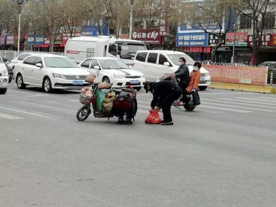 济南女子路中央慌忙捡货,众车停住,司机喊:别着急