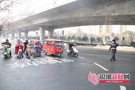 """临沂交警施划""""非机动车等待区"""" 方便市民安全出行"""