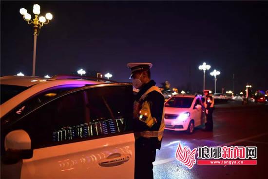 保障安全 临沂交警支队直属三大队开展查酒驾行动