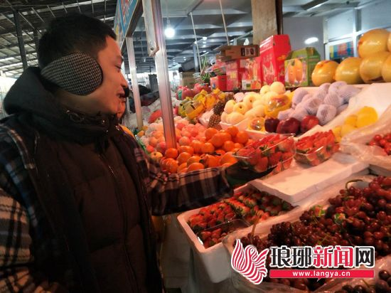 临沂草莓批量上市每斤23元左右 价格高于去年同期