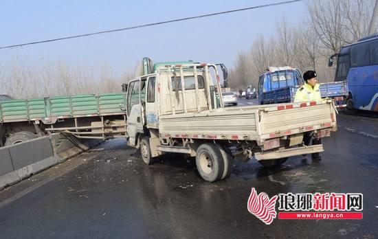临沂雪势不大路滑凶猛 市道路处设应急防护栏64米