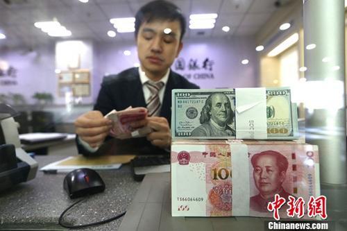 人民币对美元中间价涨破6.8 在岸离岸汇率短时飙升上百点
