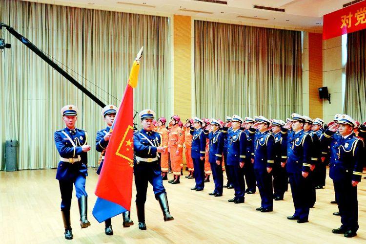 菏泽市消防救援支队举行迎旗授衔和换装仪式