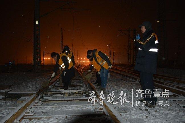 下雪啦,聊城车务段菏泽南运转场见雪上岗