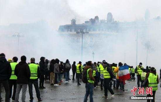 巴黎8000人再度走上街头抗议,警方施放催泪瓦斯