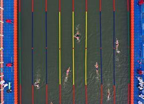 航拍:济南大明湖冬泳比赛现场似五线谱