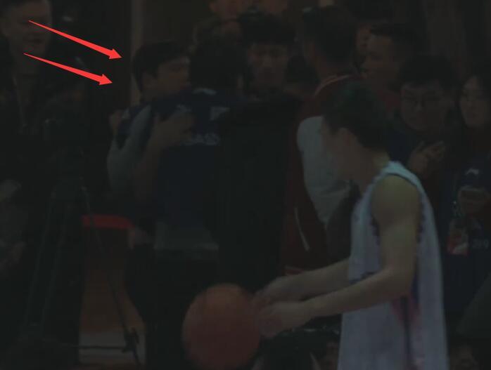 CBA扣篮大赛篮架后疑似发生争执一幕 尚不清楚人员身份