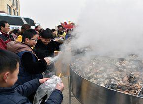 威海:3米大铁锅蒸600斤牡蛎 千人共享免费大餐