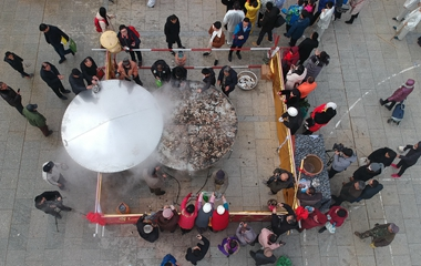威海:超大蒸锅蒸千斤牡蛎免费吃