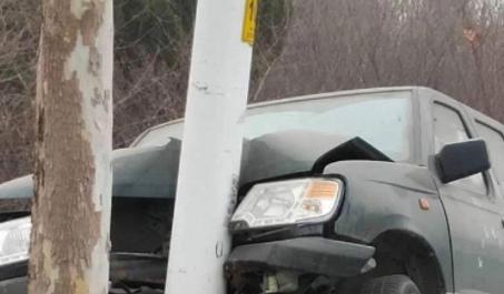 张北路桓台段:皮卡车凌晨撞向路灯杆
