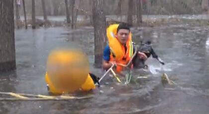 104秒丨看着都冷!90后消防员赤脚破冰,只为救老人和狗