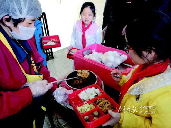 济南随机抽查学校配餐:有的学校配餐到手后已不热乎