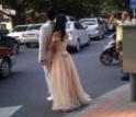 闹市区马路中间 张店一对情侣不顾安全拍婚纱照