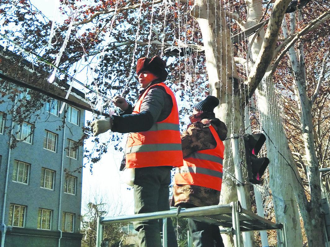张店城区春节道路亮化工程启动 挂灯总长为24公里