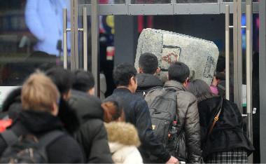 春运将至返乡忙 济南火车站前旅客多