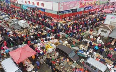 青岛年货市场火爆 数万人逛大集寻年味
