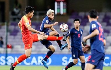 国足2-1逆转泰国挺进八强 球员赛后牵手谢场