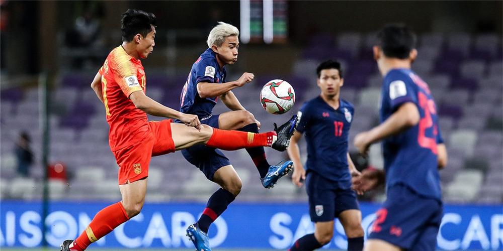 赢啦!国足2-1逆转泰国挺进八强 球员赛后牵手谢场