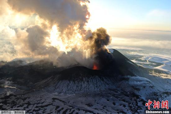 俄火山沉寂一年多后喷发 火山灰高达海拔1万米