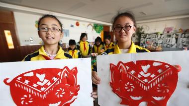展才艺迎新年 青岛小学生创作猪年题材作品