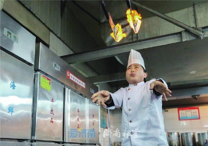 济南90后厨师菜刀玩出花!蒙眼火焰飞刀、胯下抛刀…