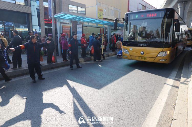 临近过年李村大集赶集人扎堆 公交志愿者组团疏导客流