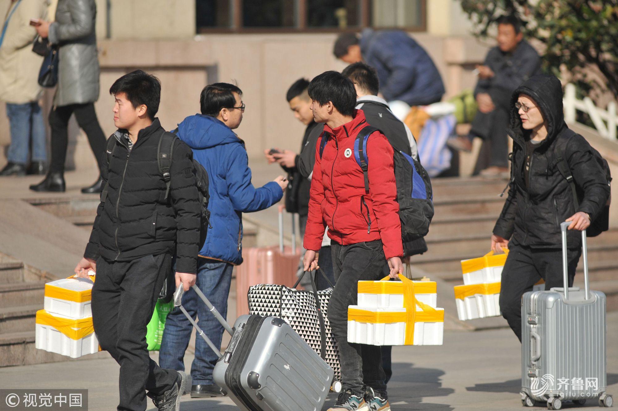 青岛:旅客踏上回家路 火车站上演离别序曲