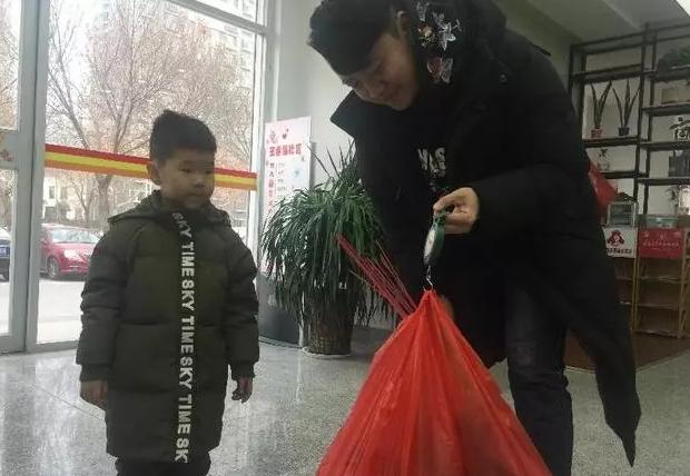 """烟花爆竹可置换日用品 聊城这名3岁小朋友主动""""上交""""心爱烟花"""