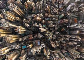 视觉打击!外媒拍照师航拍香港摩天大楼群
