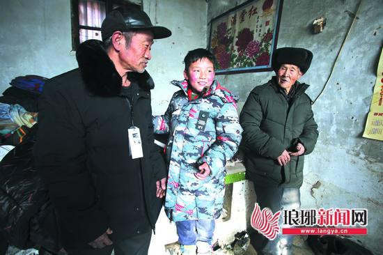 临沂:家境贫寒却品学兼优 3件新衣让9岁男孩笑了