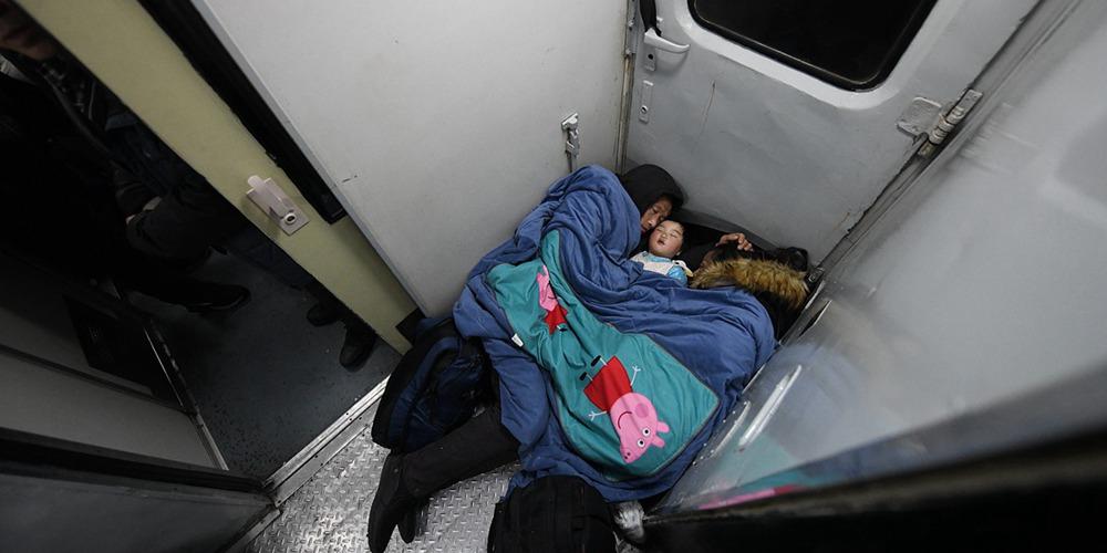 实拍春运回家路 列车上破晓一家三口抱团取暖和