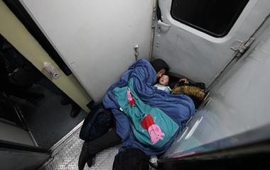 实拍春运回家路 列车上凌晨一家三口抱团取暖