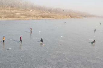 这事儿挺危险!有人徒骇河冰面上凿冰钓鱼