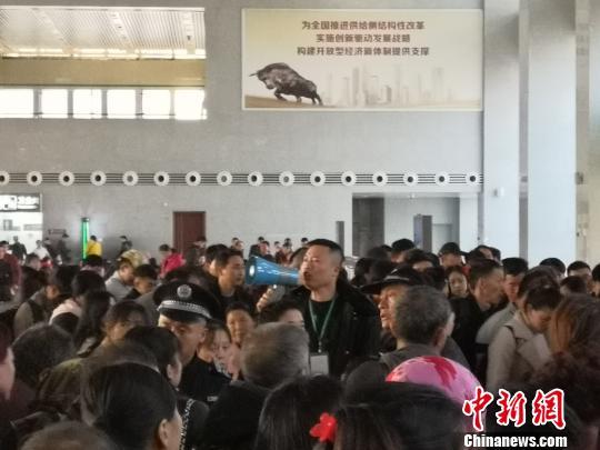 """春运""""超人""""陈帅:10年服务旅客超300万人次"""