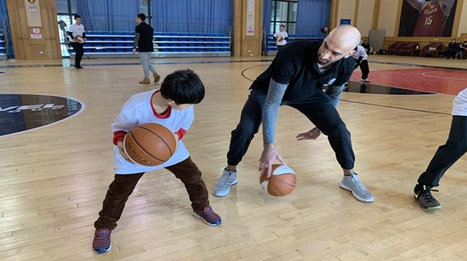 阿巴斯空降东营 助力小篮球成绩大空想