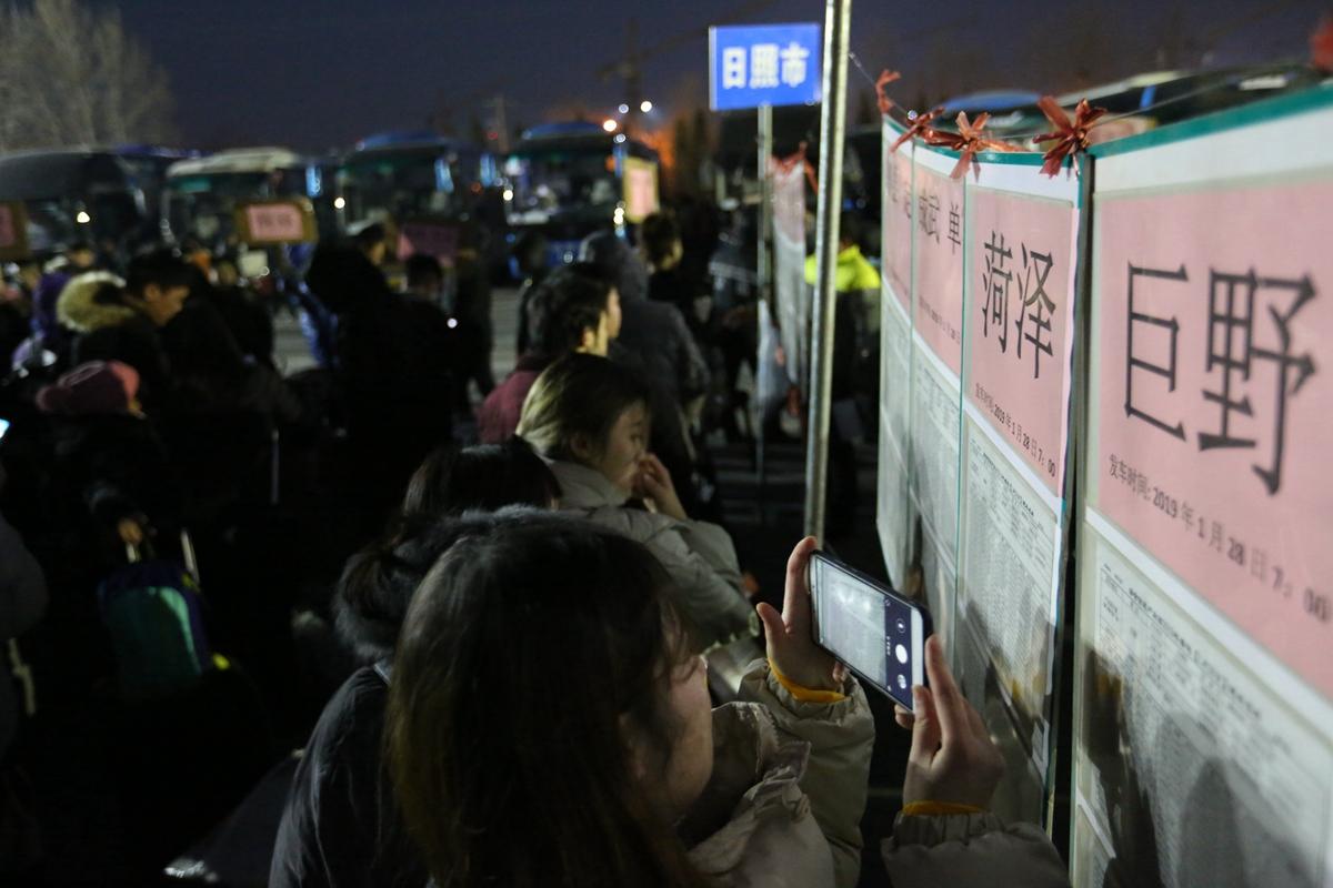 青岛:88条线路开通直通车 送3000余名农民工返乡