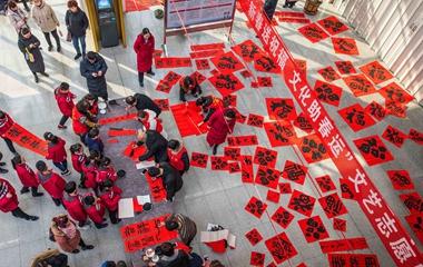 潍坊:青州书法协会志愿者候车大厅现场泼墨送祝福