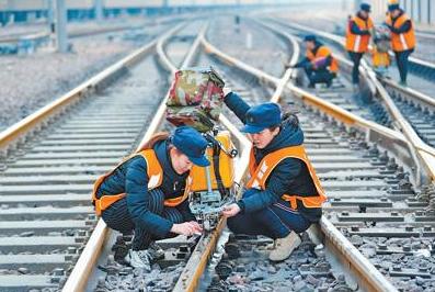 """铁路线上活跃着一支女子探伤班:我为钢轨做""""B超"""""""