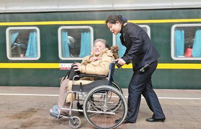 """新春走基层:南京火车站""""158""""雷锋服务站传承五十载"""