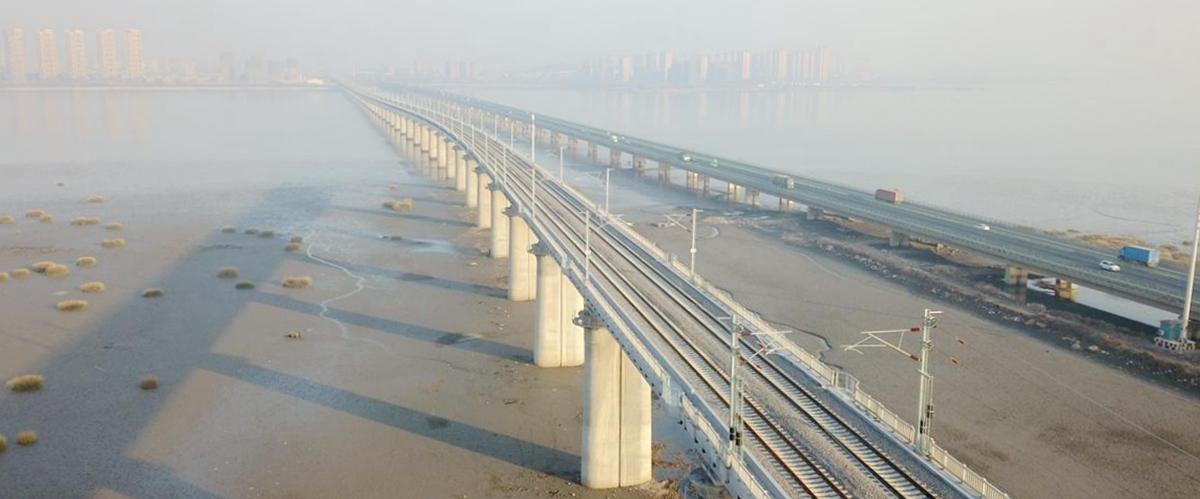 空中巡礼致敬40年|海上新通道 青盐铁路跨胶州湾特大桥通车进入倒计时