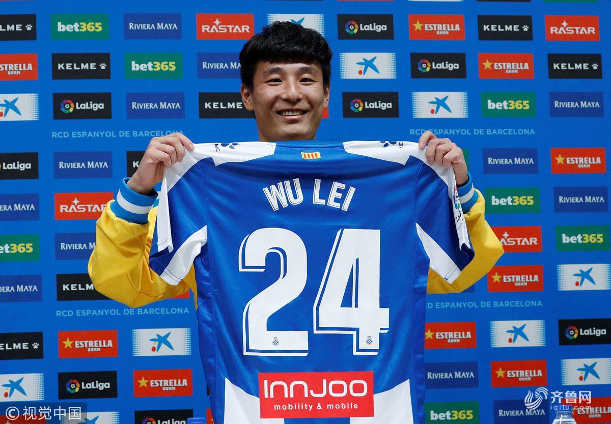 武磊亮相西班牙人俱乐部 展示24号球衣颠球