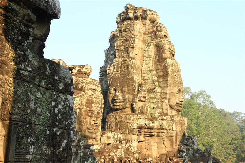 8、柬埔寨经济落后,道路等基础设施很差。在暹粒省由中国援建的六号公路是最好的道路