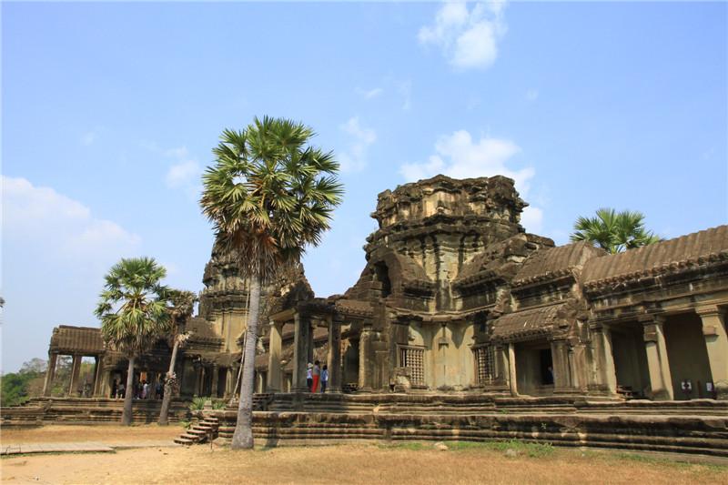 """23、名列世界七大奇迹之一的小吴哥,是高棉吴哥王朝全盛时期所遗留下来的不朽宗教建筑,被誉为""""雕刻出来的王城"""""""